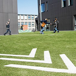 Kirkebjerg skole med fodbold på 1 sal